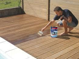 Entretien terrasse en bois : à quoi sert un saturateur